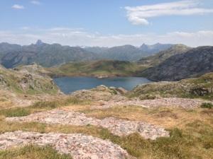 Ibón de Estanés, con el Midi d'Ossau y el Vignemale al fondo