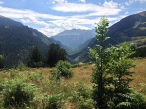 Al fondo, el macizo del Posets (3375m), el segundo pico, después del Aneto,  más alto de los Pirineos.
