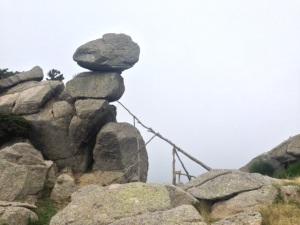 """Más de veinte metros cúbicos de roca (la de arriba) aprentemente sujeta por """"palillos"""" y debajo de la cual tengo que pasar en el Roc de la Campana"""